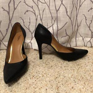Pointed toe black snakeskin pumps